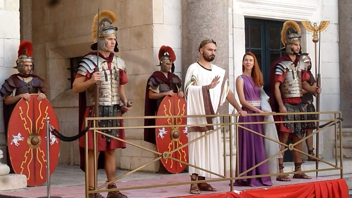 Dioklecián hovoří k lidu