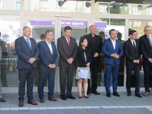 Výstavu slavnostně otevřeli ministr zemědělství, hejtman Olomouckého kraje, primátor města Olomouc a delegace z Čínské lidové republiky z družebního města Kunming.