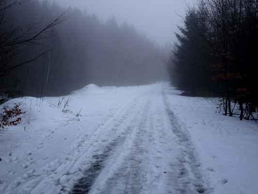 Pod Velkou Polanou a Radhoštěm, první souvislý sníh, jen o něco málo výše, než chata Mír
