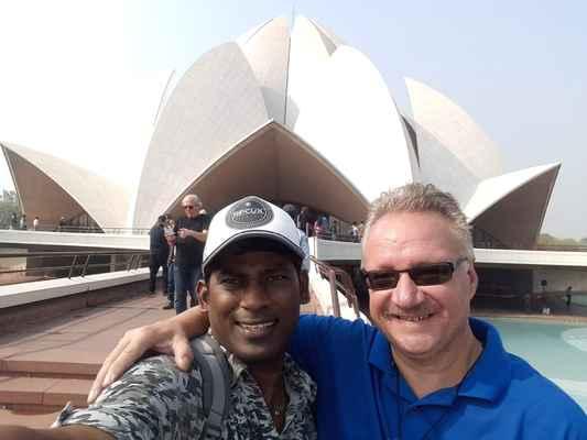 Zajímavý výlet je u konce. Navštívili jsme další ze zajímavostí New Delhi. Mějte se fajn. Zdravíme Petr a Shanaka :-)