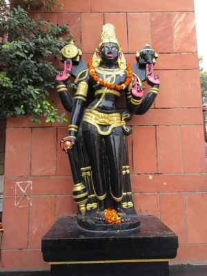 Samotné hnutí odvozuje svůj původ od Čaitanji Maháprabhua a učednické posloupnosti jeho žáků (gaudíja-sampradája). Tradice Čaitanji se napojuje na posloupnost významného duchovního učitele Madhvy (Madhva-sampradája), jehož posloupnost se tradičně spojuje s Brahmovou sampradájou.ISKCON si klade za cíl šíření védské kultury a poznání, jak je vyloženo v Bhagavadgítě a Bhágavatapuráně. Pro hnutí je stěžejní uctívání hinduistického boha Kršny, který je zde považován za Nejvyššího Absolutního Boha nadřazenému všem ostatních bohům, kterým se proto říká polobozi, protože jediným Bohem je pro Kršn.  Kršna je tradičně považován za osmé vtělení (avatára) boha Višnua, avšak v tradici bengálského višnuismu je Kršna ztotožněn s Višnuem, co víc, je mu přisuzováno dokonce postavení nadřazené Višnuovi. Kršna je považován za zdroj samotného Višnua.
