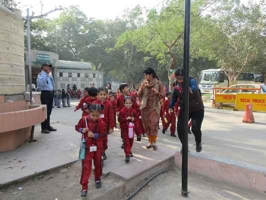 Všude plno děti na školním výletě.
