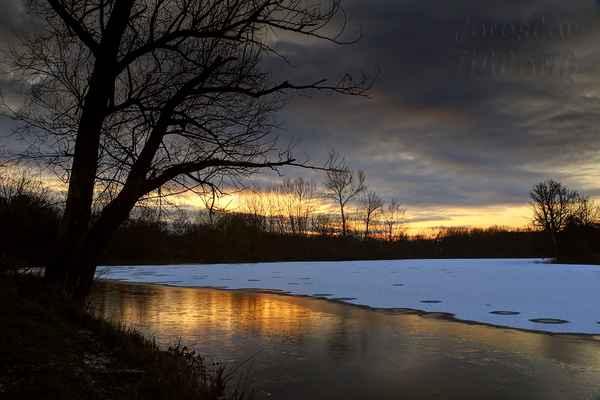Již několik roků čekám na lepší sněhovou nadílku s následným sluníčkem pro vytvoření stínů. Zatím mohu fotit jen odrazy na ledové hladině.