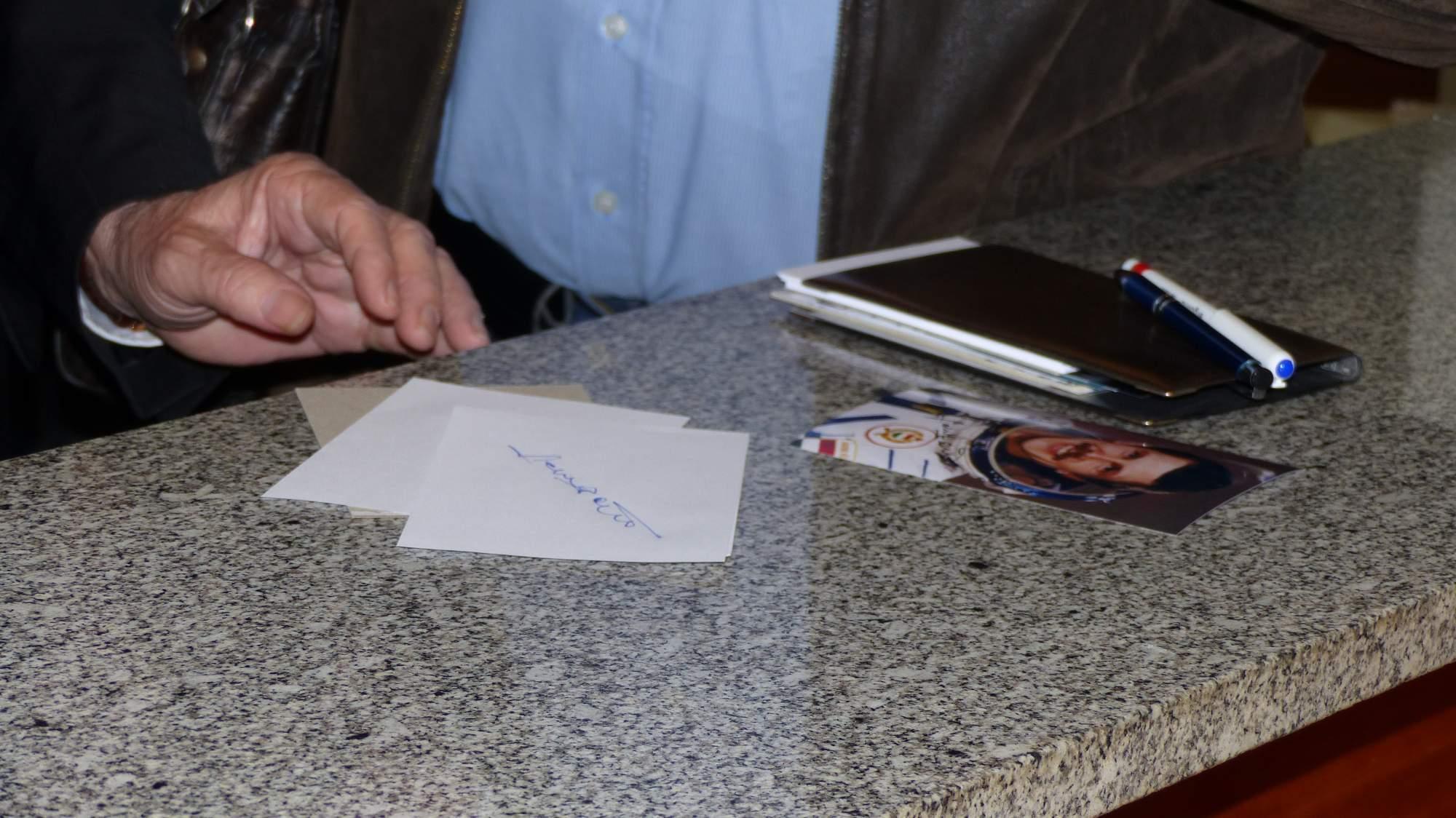 Už před zahájením někteří z přítomných kosmonautů podepisovali své fotky návštěvníkům, Foto: Dominika Glaserová