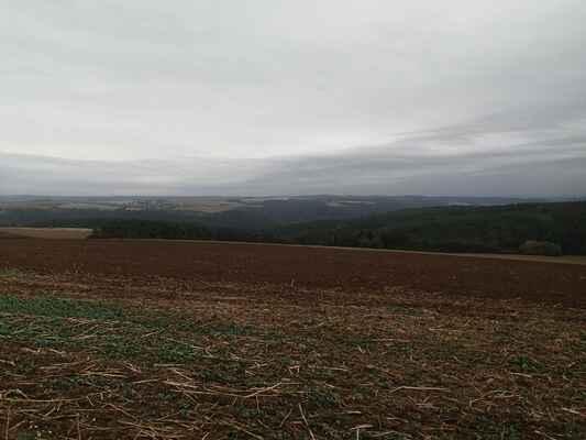 Údolí Střely z polní cesty (vrcholu stoupání) před Vrážném.