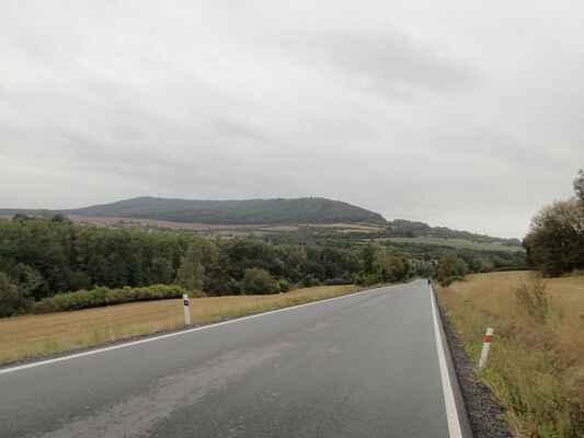 Chlumská hora ze silnice před Manětínem.
