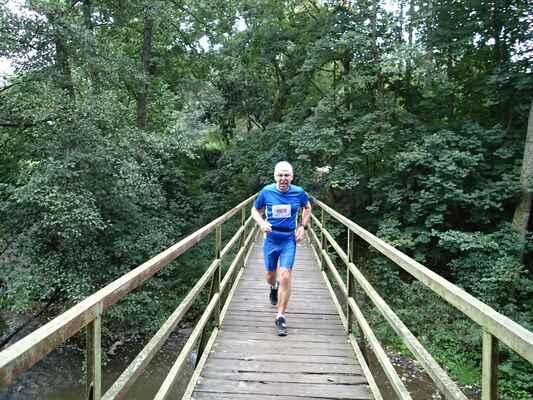 Jiří Pucholt na mostku přes Střelu v Pekle.