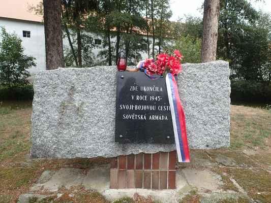 Pomník u řeky Střely.