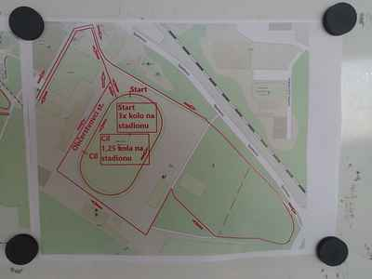 Plánek průběhu stadionem a okolím