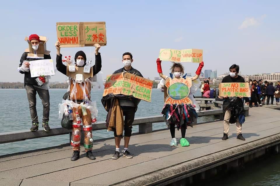 Ema Baarová s přáteli na klimatické stávce v Číně, zdroj: Facebook Emy Baarové