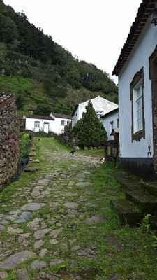 Opuštěná vesnice poblíž vodopádů