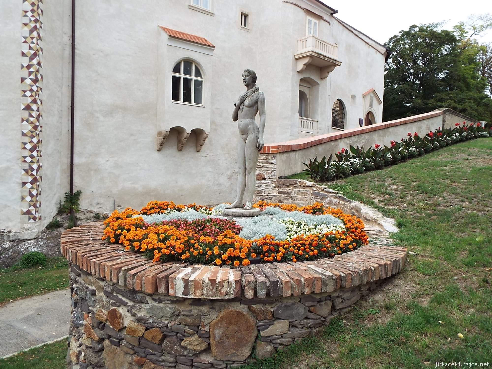 zámek Miroslav 04 - socha kněžny Miroslavy, která nechala podle pověsti vodní tvrz postavit na malé skále uprostřed bažin
