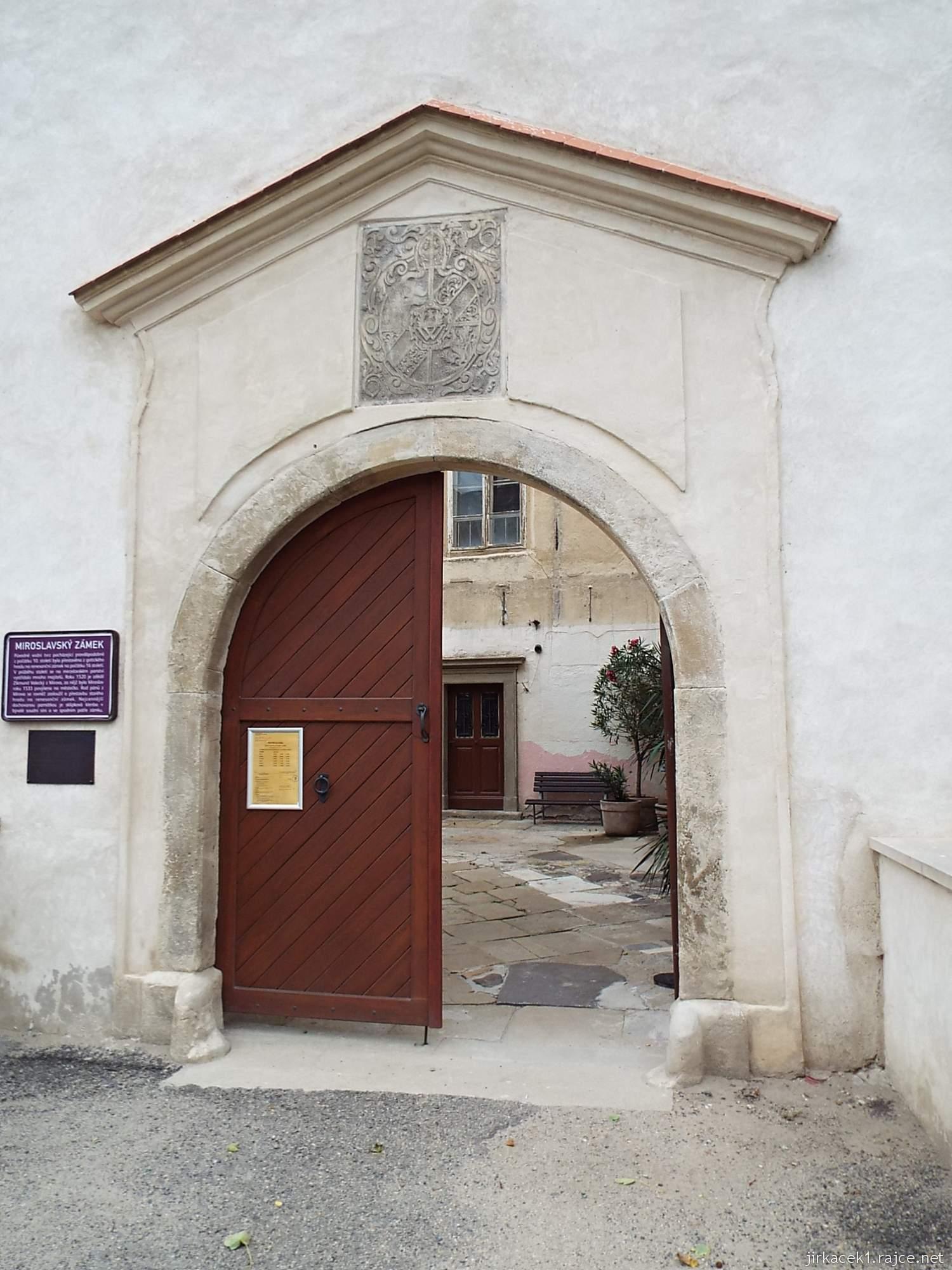 zámek Miroslav 09 - vchod na první nádvoří
