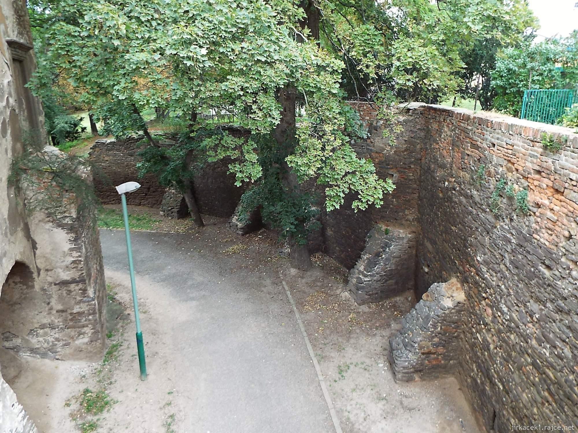 zámek Miroslav 10 - příkop kolem zámku