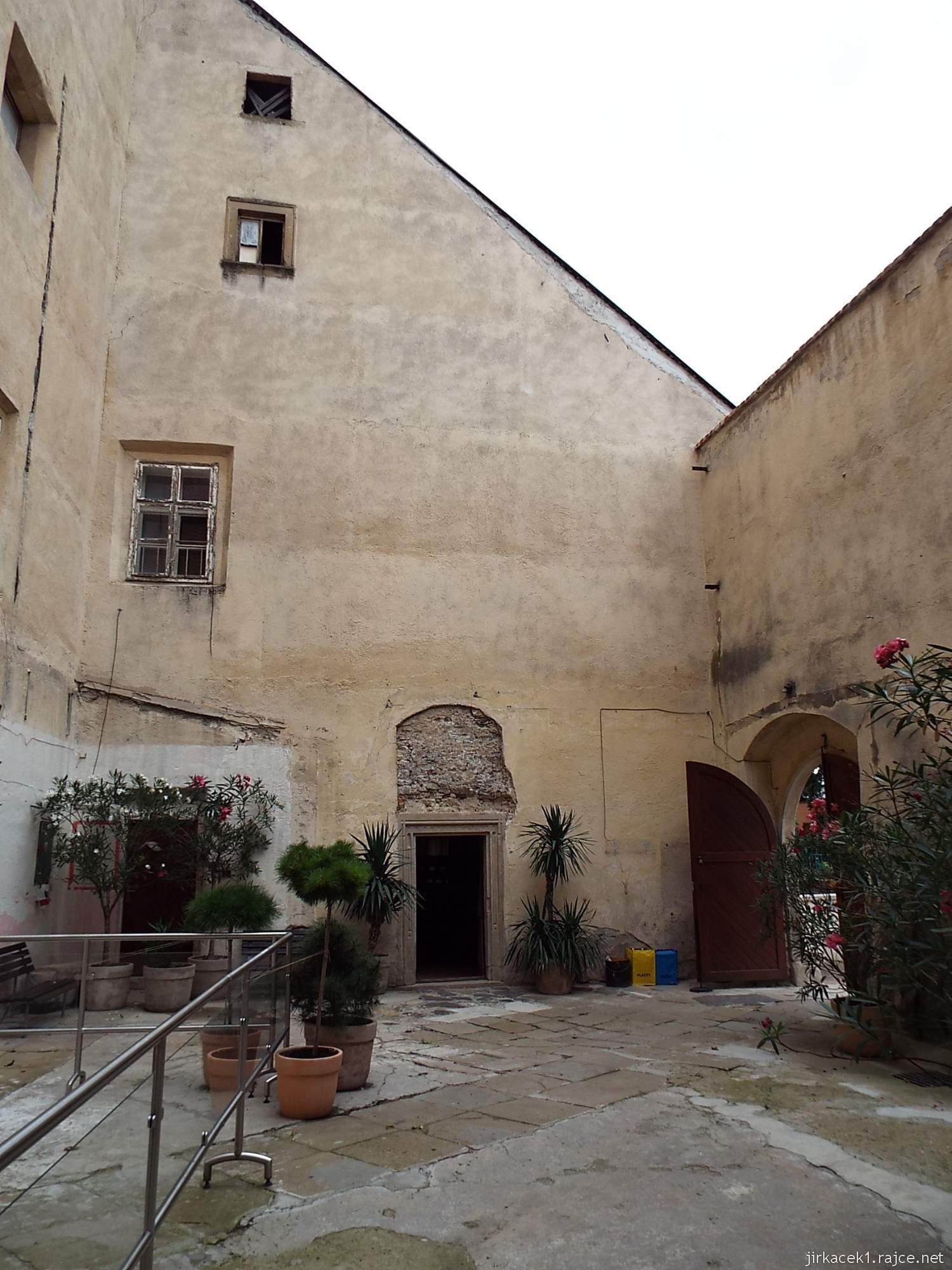 zámek Miroslav 13 - první nádvoří a dveře do stájí s výstavou cihel