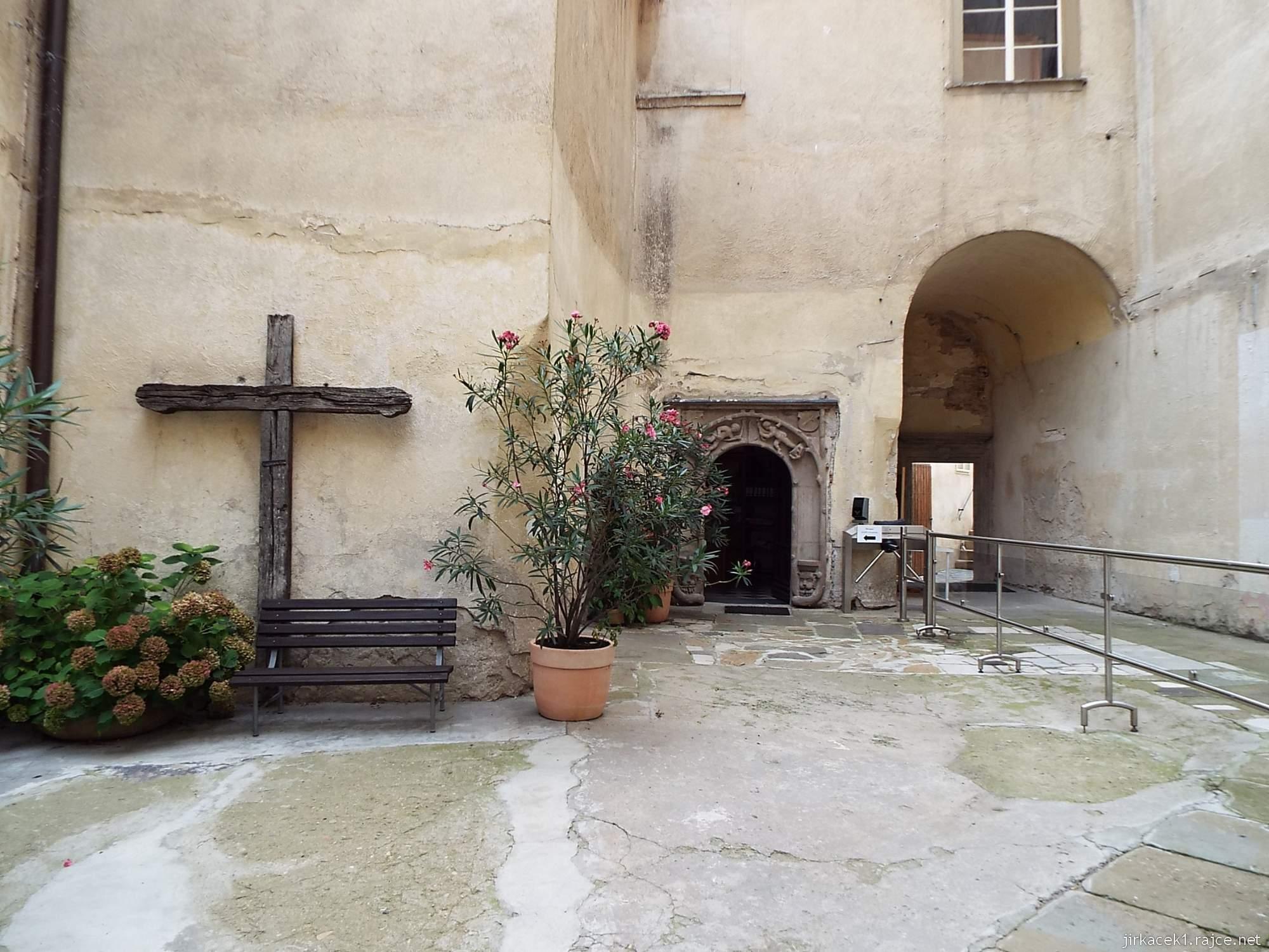 zámek Miroslav 59 - první nádvoří, starý kříž a vchod do místnosti s pokladnou
