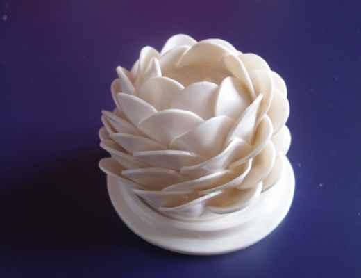 """3. Bébarová Jana """"Lampička"""", porcelán, Ø=10cm, nedat.; 800 Kč"""