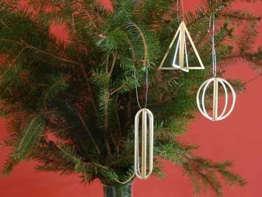 """52. Studio MUCK """"Vánoční ozdoby"""", 3ks, mosazená ocel, v 5-8cm; 2019; 450 Kč"""