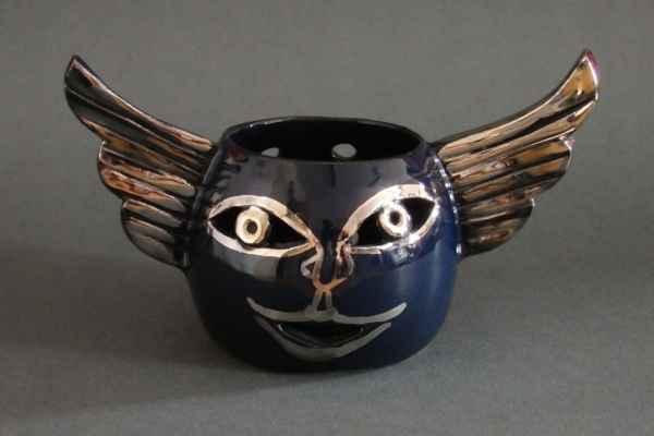 """6. Bendová Barbora  """"Svícen"""", platinovaná keramika, v=12cm; 2019; 250 Kč"""