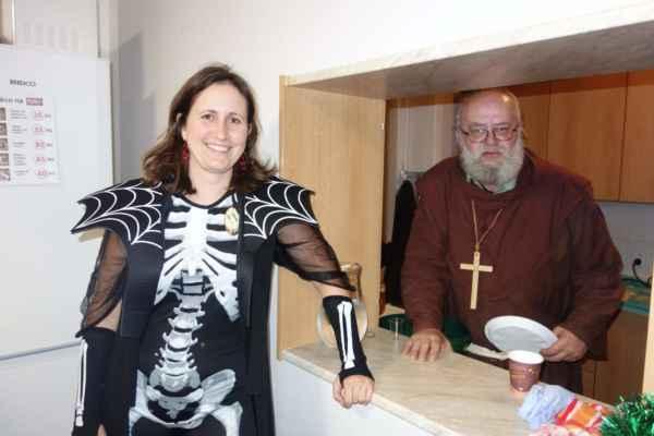 Lenka za pultem a Karel jako vždy v kuchyni, to je pěkná obsluha
