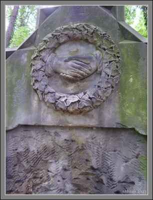 W.A.Mozart byl pohřben ve Vídni na podobném hřbitově u sv.Marxe. Pro jeho prohlídku klikněte na odkaz pod obrázkem: - http://rehaak.rajce.idnes.cz/Viden,_hrbitov_u_sv.Marxe,_kde_pochovali_Mozarta.