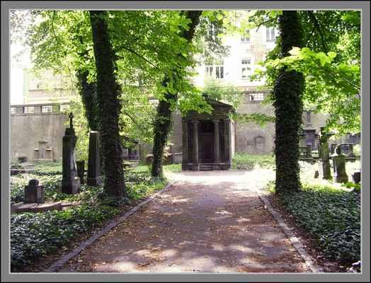 Prázdná Haasova hrobka v ose hlavní cesty připomíná dispozicí antický chrám. Pro více info link pod fotkou: - http://vary.idnes.cz/porcelanovy-baron-jiri-haas-kniha-dle-/vary-zpravy.aspx?c=A140220_2036279_vary-zpravy_slv