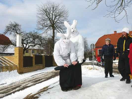 Masopust - Ostatky na Suchém 14. února 2015. Králíci v klobouku dle známého televizního Večerníčku.