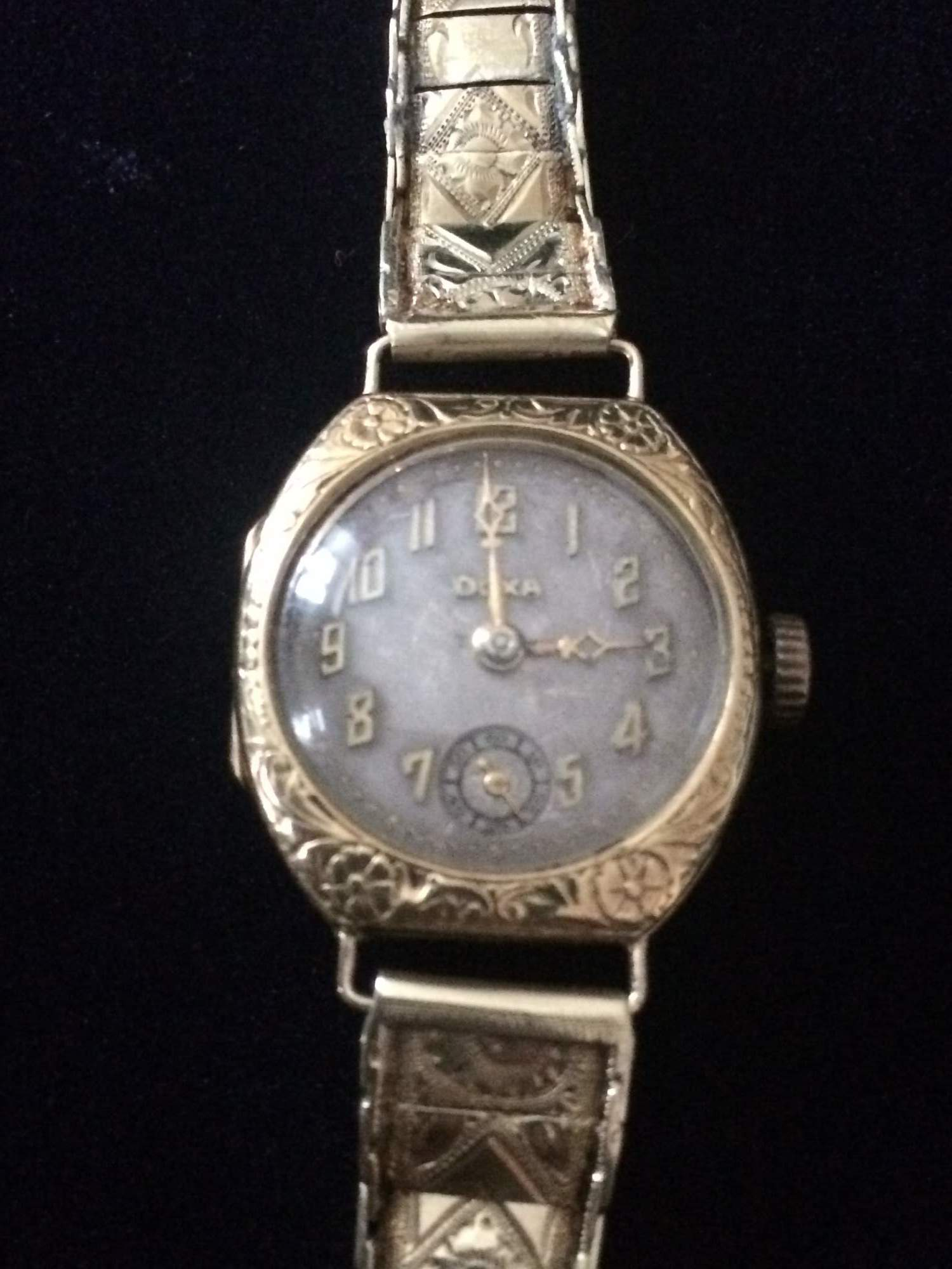 bb684c9be Dámské celo-zlaté náramkové hodinky -