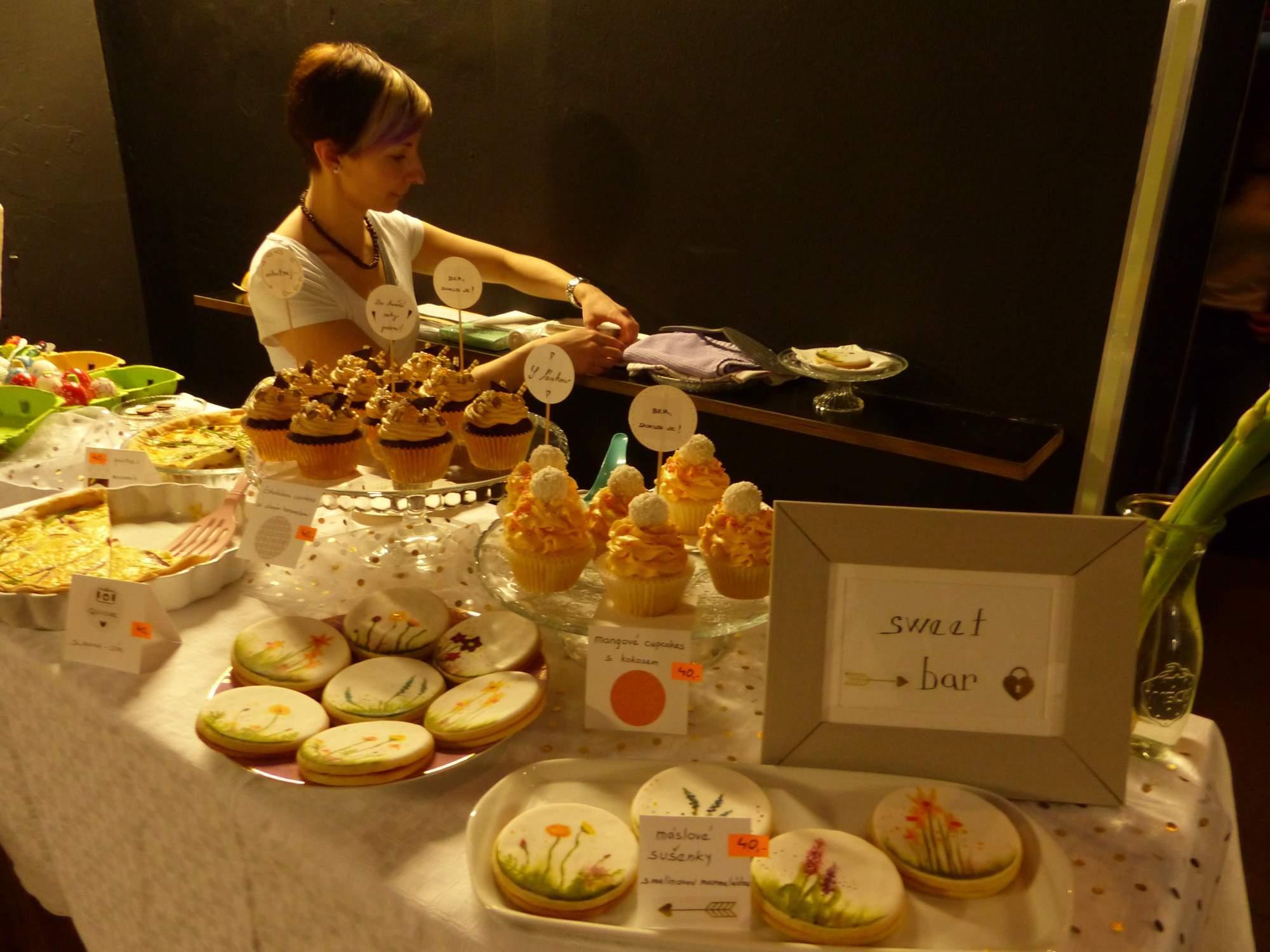 Zdobené sušenky či muffiny si návštěvníci mohli zakoupit ve Sweet baru. Foto Jana Blahošová