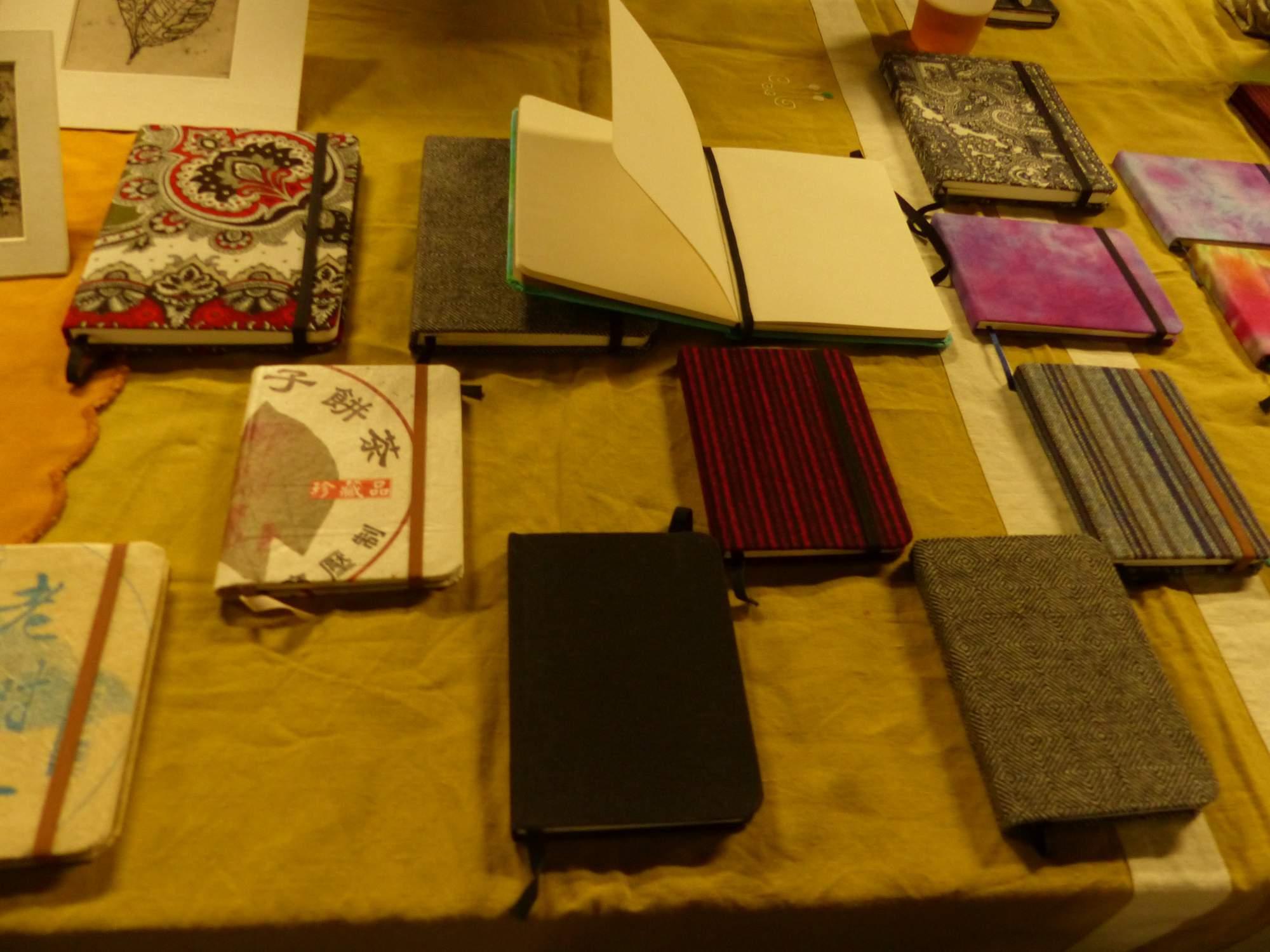 Po domácku vyrobené diaře a zápisníky. Foto: Jana Blahošová