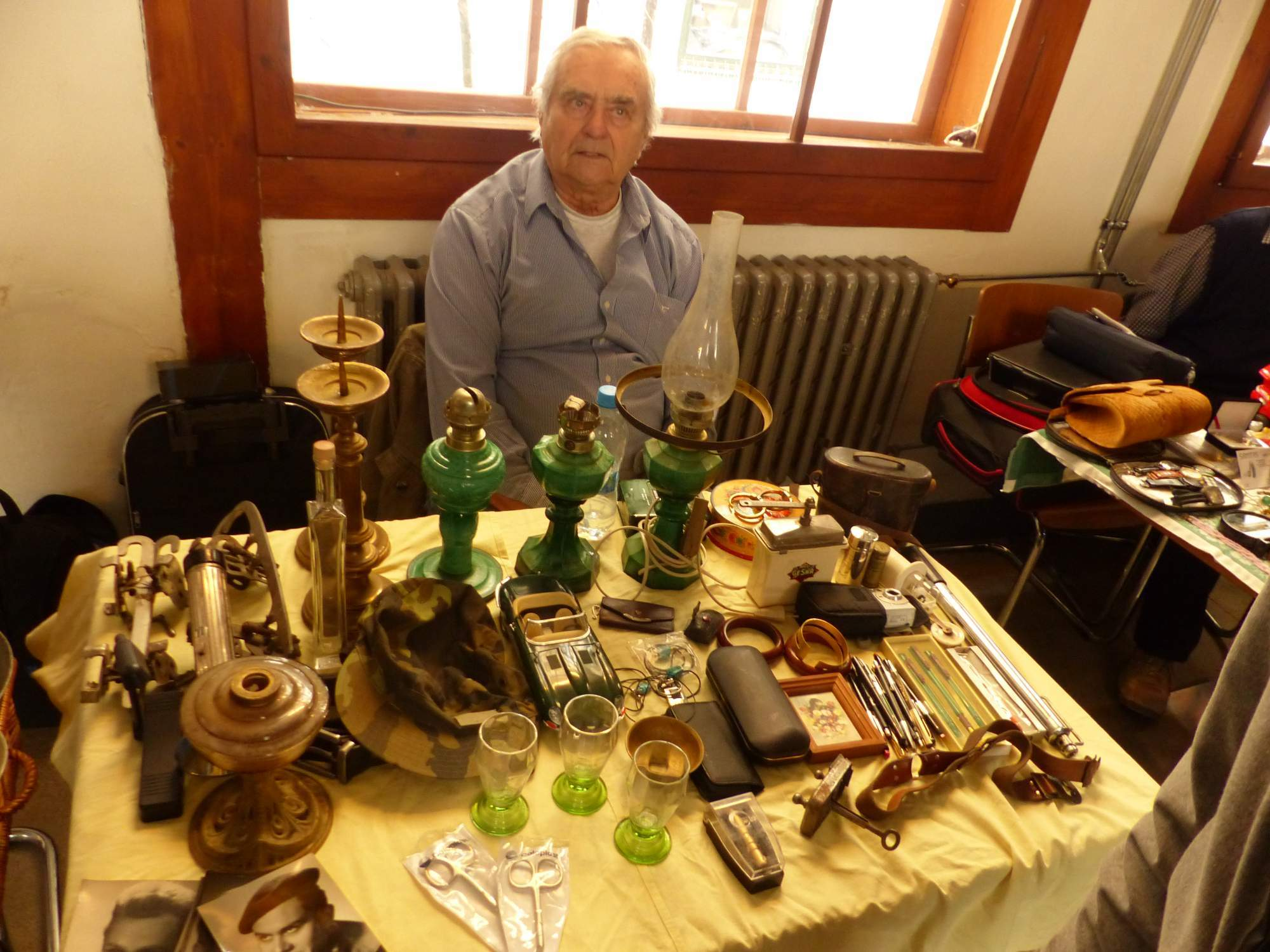 Klasické vetešnictví nabízelo například staré lampy či strojek na holení. Foto Jana Blahošová