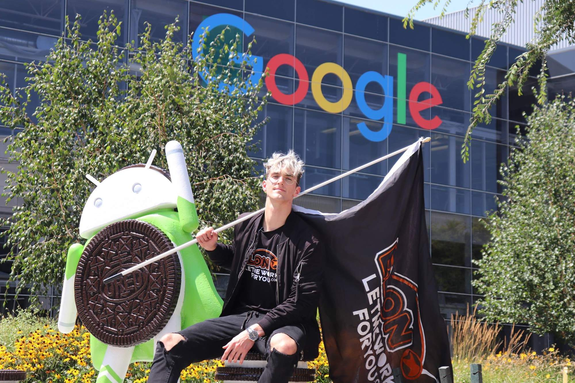 Daniel Sklář před centrálou společnosti Google.