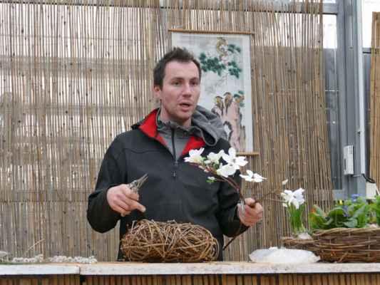 ... vytváří srdíčko, které ozdobí umělými květy magnólie ....