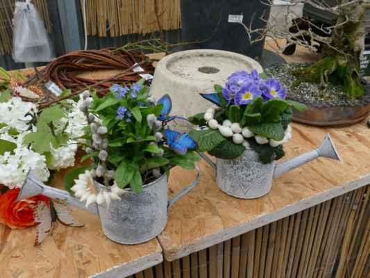 ... přidá několik větviček kočiček a modrých motýlků na oživení ....