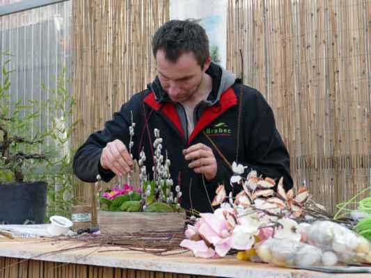 ... a ještě pan florista, který už pokračuje na aranžmá keramické nádoby ....