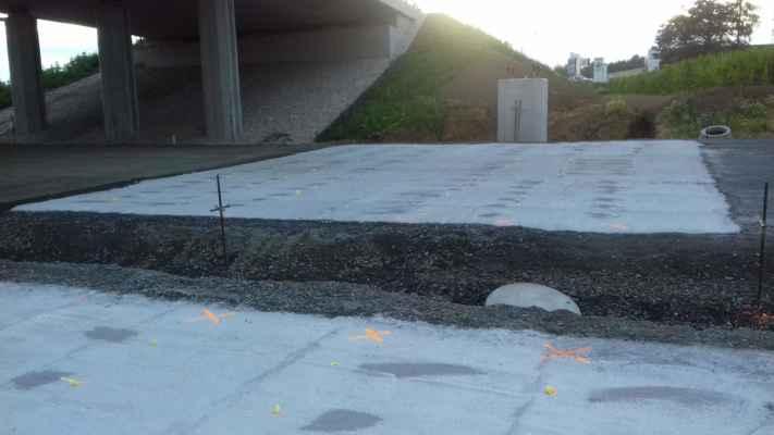 Podivné betonové plochy před koncem dálnice... K čemu mají sloužit???