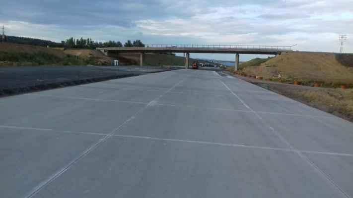 Tento beton se hned tak neojede... Tudy se dlouho jezdit nebude (služební sjezd od Brna vpravo)