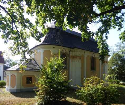 Radouň, velká barokní kaple sv. Floriána na návsi