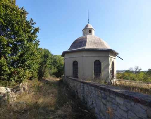 Osmiboká obřadní síň s betonovou kupolí, postavená v novorománském slohu v letech 1910 až 1922. (https://cs.wikipedia.org/wiki/%C5%BDidovsk%C3%BD_h%C5%99bitov_v_Radouni)