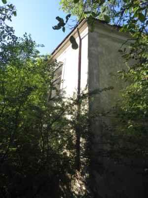 Zarostlé zbytky zámku. Původně renezanční zámek s pozdějšími přestavbami.