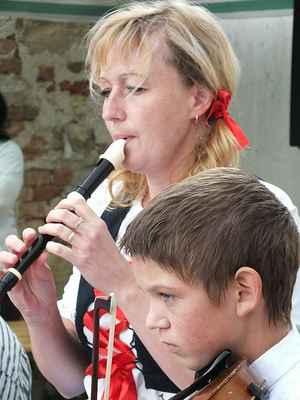Alena Stloukalová flétna, Jáchym Patloka housle.