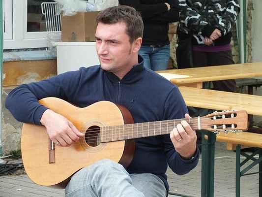 Vystoupení divadelníků LÍ.SK.I(Y) doprovodil na akustickou kytaru Petr Vymazal.
