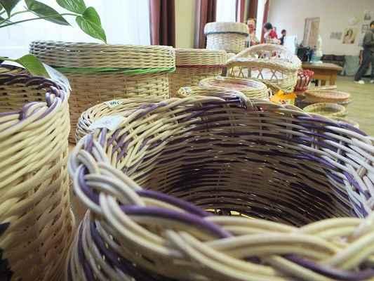 Výrobky tradičních řemesel ve velkém sále kulturního domu Chrudichromy.