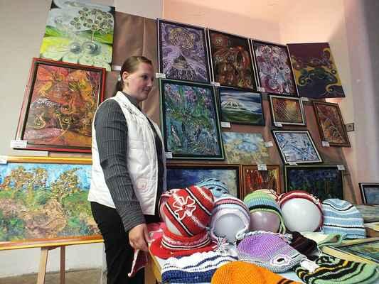 Výtvarnice Marie Furchová z Lipovce. Vystavovala i háčkované čepice pro děti.