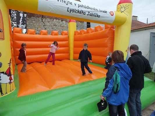 Skákací hrad na volné ploše za nádvořím kulturního domu. Vždy vítaná atrakce pro děti.