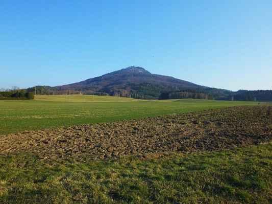ralsko ( 696 m n.m. ) je nejvyšším bodem ralské pahorkatiny a celé české tabule. v české krajině patří k nejvýraznějším dominantám...