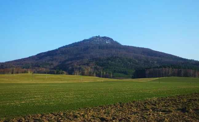 vrchol hory se zvedá nad okolní terén do výšky až 400 m a výstup na něj je dlouhý a dosti náročný...