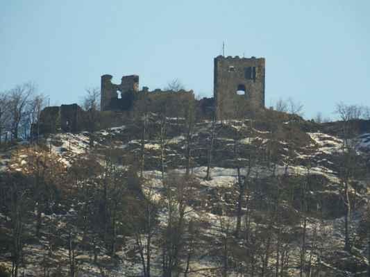 pohled na zříceninu kdysi významného a pevného hradu...