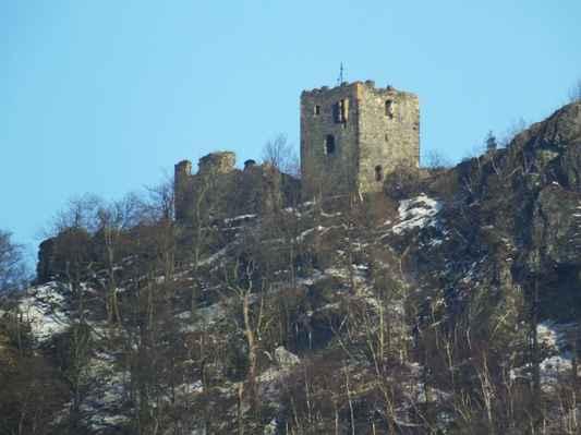 o stáří hradu se vedou spory, podle písemných zpráv stával na vrcholu hory hrad již ve 13. století, ale podle nepříliš věrohodných záznamů tu mohlo stát opevněné sídlo již v 10. století ...