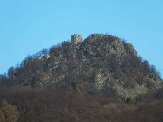 vrcholek celé hory je tvořen výrazným vulkanickým hřbítkem s příkrými skalními stěnami...